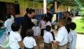 ลงพื้นที่มอบสิ่งของและอุปกรณ์ทำความสะอาดให้กับเด็กนักเรียน เพื่อป้องกันและควบคุมโรค มือ เท้า ปาก